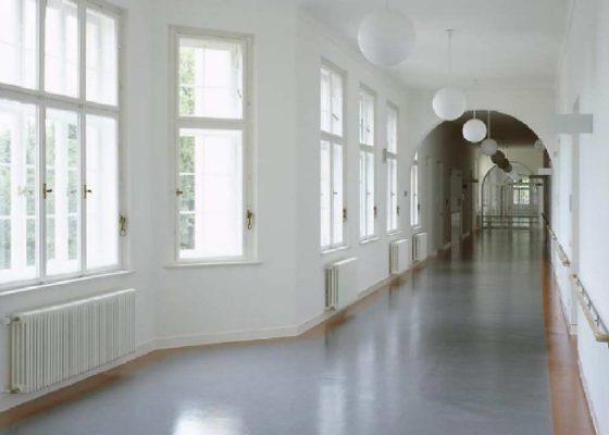 Klinikum Schwabing Bettenhaus 6 –Innenansicht: Flur mit erhaltenem Wandfries
