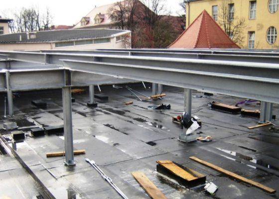 Klinikum Schwabing Haus 25 – Aufgeständerter Stahlträgerrost als Unter-konstruktion für die Aufstockungsebene in Modulbauweise. Die Zwischenebene wird als Technikgeschoß ausgebildet.
