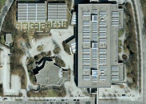 Quiddestraße Schulzentrum – Dachaufsicht auf die Baukörper: Sporthallen – Mensa – Schule