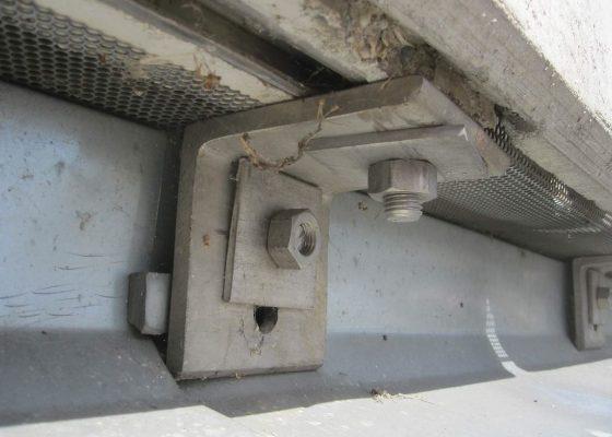 Quiddestraße Schulzentrum – Schrauben in rückwärtige Wand sind nicht in der Lage Lasten aufzunehmen