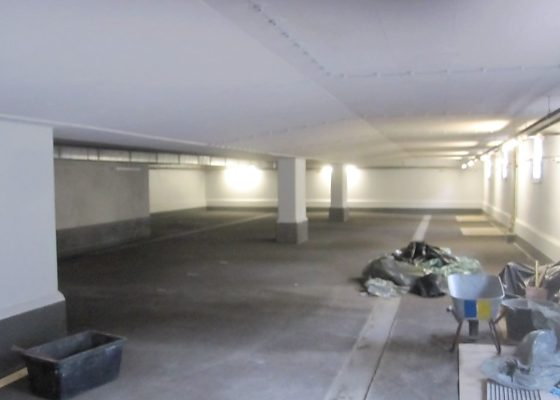 Martinsried Tiefgarage – Zwischendecke der TG nach der Sanierung mit Ausbildung einer Verdunstungsrinne